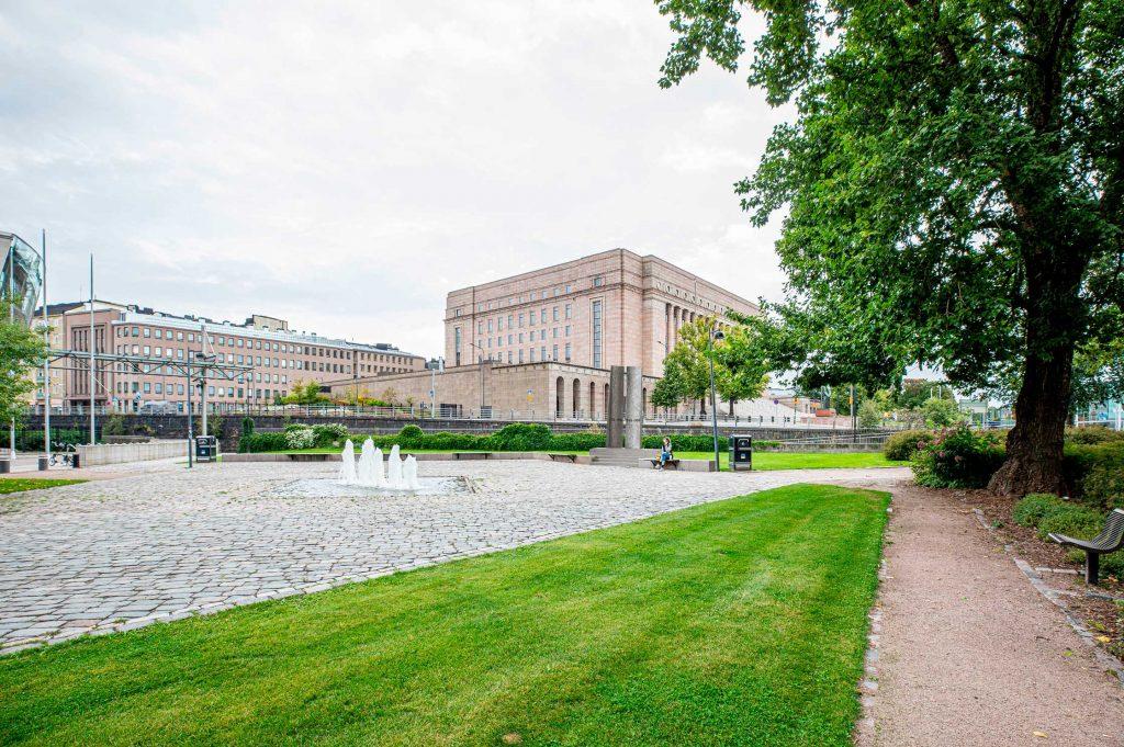 Presidentti Koiviston kahden virkakauden aika oli poikkeuksellista. Maailmaa jakanut Rautaesirippu avautui. Euroopassakin sodittiin, vanhoja valtarakenteita kaatui ja kansallisvaltioiden rajoja piirrettiin uudelleen. Suomi siirtyi kohti Euroopan yhteisöä.