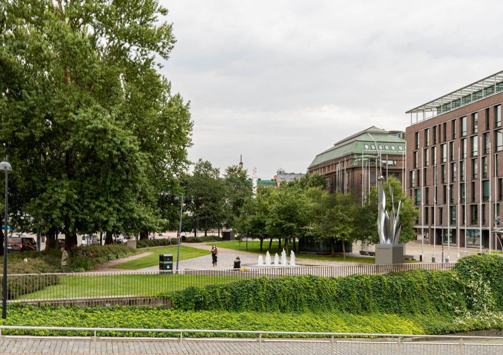 Muistomerkki on kaksiosainen, Ruostumattomasta teräksestä oleva osa. Korkeus kokonaisuudessaan 8200 mm. Tavutetut ruostumattomat teräslevyt, hitsattu ja kiillotettu.