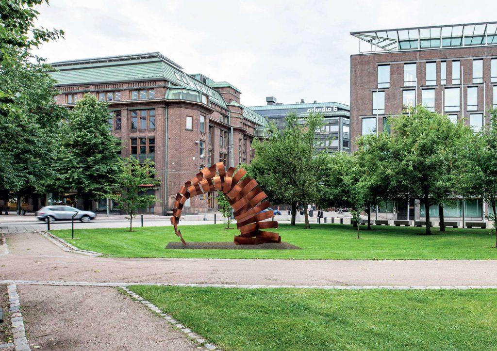 Parlamentariska bågar är ett verk i två delar som är placerade på båda sidor av Lilla parlamentets park. Verken tillverkas av corten-stålplåt, som är ett väderbeständigt, vackert rostrött material.