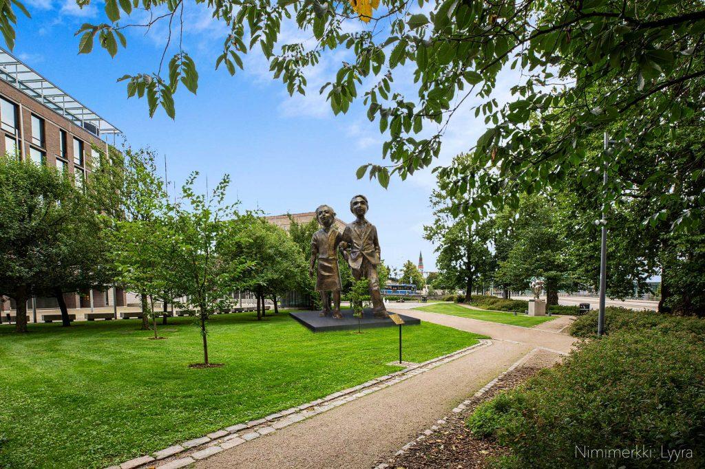 Presidentti Mauno Koiviston muistomerkissä kulkee pohdiskelija, joka tutki ihmisen roolia luonnossa ja yhteiskunnassa. Koivisto oli tieteentekijä, hän havainnoi elämää vuosikymmenten ajan kirjoittaen.