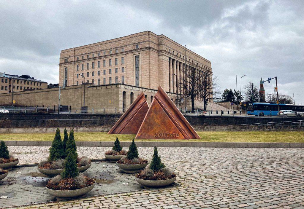 Teoksessa on nähtävissä presidentti Koiviston kaksi kautta ja kaksi Koivistoa.